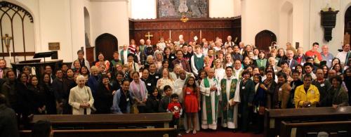 El Rdo. Justo Andrés y los que asistieron a la celebración en su honor en la iglesia de San Juan, Stockton. Foto de Lewis Gale.