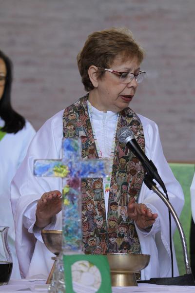 La Rda. Carmen Gomes, la primera mujer ordenada en la Iglesia Episcopal Anglicana del Brasil, presidió la eucaristía del 9 de noviembre. Foto de David Copley.