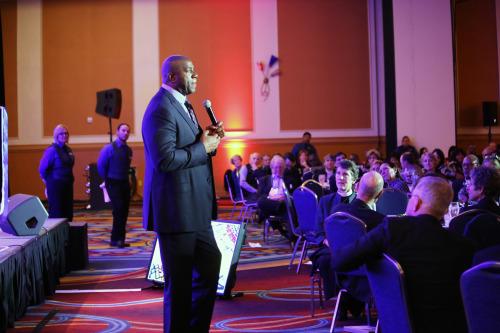 """Earvin """"Magic"""" Johnson, el gran baloncestista retirado de los Lakers de Los Ángeles, se dirige a la reunión de la NAES. Foto de Janet Kawamoto."""