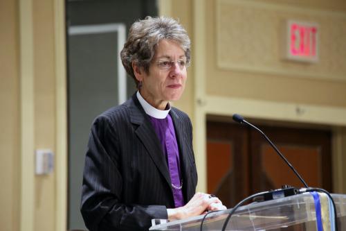 La obispa primada Katharine Jefferts Schori se dirige a la reunión del 50º. aniversario de la Asociación Nacional de Escuelas Episcopales. Foto de Janet Kawamoto.