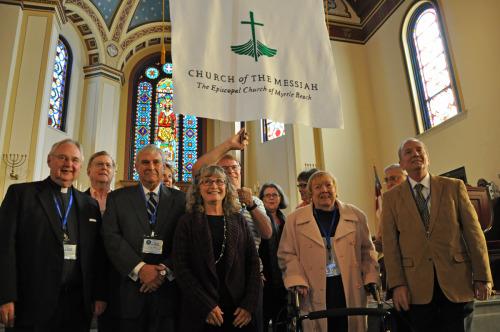 Miembros de la iglesia episcopal del Mesías en Myrtle Beach, Carolina del Sur, desfilan por el centro de la nave de la iglesia de la Santa Comunión, en Charleston, el 15 de noviembre, para ser recibidos como congregación de misión de la Iglesia Episcopal en Carolina del Sur. Foto de Mary Frances Schjonberg/ENS