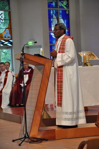 James Tengatenga, antiguo obispo de Malawi del Sur y presidente del Consejo Consultivo Anglicano, predica el 7 de noviembre de 2012 en la catedral de la Santa Trinidad, en Auckland, Nueva Zelanda, durante la eucaristía de clausura de la 15ª. reunión del CCA. Foto de Mary Frances Schjonberg/ENS.