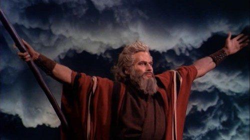 Charlton Heston, en el papel de Moisés, en la película de 1956 Los Diez Mandamientos. Foto de Wikimedia Commons.