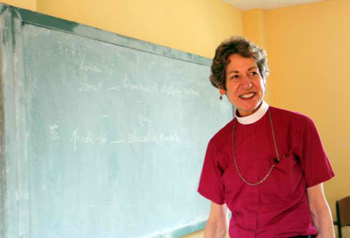 La obispa primada Katharine Jefferts Schori, recorre la escuela del Espíritu Santo en Cabo Haitiano. Foto de Lynette Wilson/ENS.
