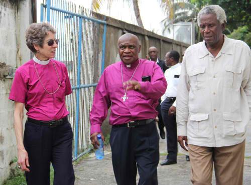 La obispa primada Katharine Jefferts Schori, el obispo de Haití, Jean Zaché Duracin, y el Rdo. Jean MacDonald, sacerdote jubilado, durante una visita a la escuela técnica en Cabo Haitiano. Foto de Lynette Wilson/ENS.