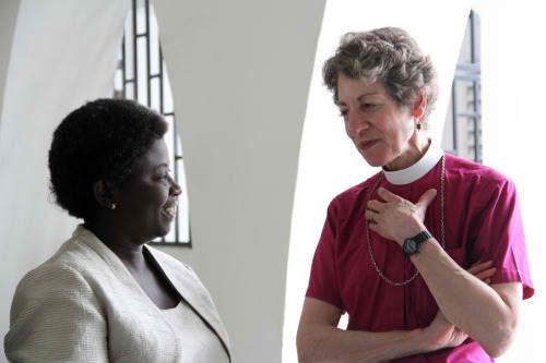 La obispa primada Katharine Jefferts Schori habla con una feligresa luego de la eucaristía del 14 de diciembre en la parroquia del Espíritu Santo en Cabo Haitiano. Foto de Lynette Wilson/ENS.