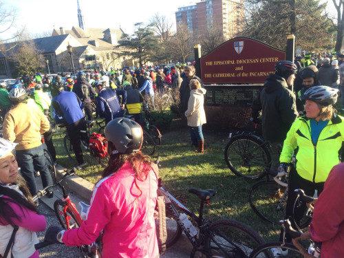 Un grupo de ciclistas se prepara para comenzar un recorrido conmemorativo el 1 de enero hasta el sitio del fatal accidente en que murió Tom Palermo. Foto de Eileen M. Gilan tomada de la página de Bikemore en Facebook.