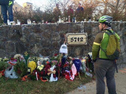 Un improvisado monumento recordatorio ha ido creciendo contiguo al lugar donde ocurrió el accidente el 27 de diciembre, en el cual falleció el ciclista Tom Palermo luego de ser arrollado por el auto que conducía Heather Cook, la obispa sufragánea de Maryland. Foto de Eileen M. Gilan tomada de la página de Bikemore en Facebook.