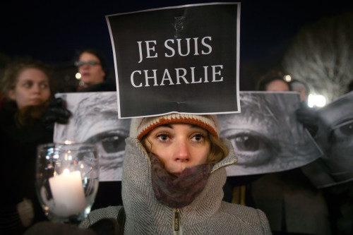 Amandine Marbach de Estrasburgo, Francia, participa en una vigilia en tributo de las víctimas del atentado del 7 de enero en París. Foto de Carlo Allegri/Reuters.