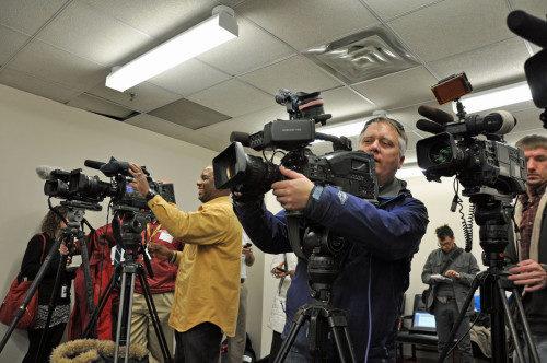 Representantes de los medios de información abarrotan, el 9 de enero, el pequeño salón de las conferencias de prensa en las oficinas de la fiscal estatal de Baltimore Marilyn Mosby. Foto de Mary Frances Schjonberg/ENS.