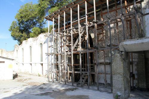 Una pared exterior de la catedral de la Santa Trinidad que aún se mantiene en pie y que se integrará a la nueva catedral. Foto de Lynette Wilson/ENS