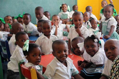 Las aulas de la escuela primaria y secundaria de la escuela episcopal de la Santa Trinidad, en Puerto Príncipe, están llenas de alumnos. Foto de Lynette Wilson/ENS.