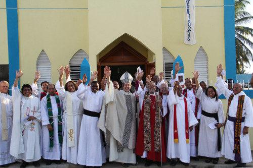 La obispa primada Katharine Jefferts Schori predicó a mediados de diciembre en la iglesia de la Santa Cruz en Santa Fe, región de San Pedro de Macorís, que una vez fue el centro de la región azucarera de la República Dominicana. Foto de Lynette Wilson/ENS