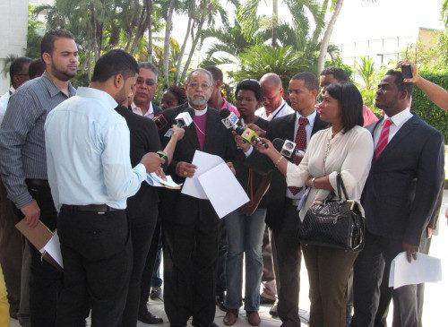El obispo de la República Dominicana Julio Holguín y miembros del comité de solidaridad celebraron una conferencia de prensa el 14 de enero para denunciar un dictamen reciente de la junta electoral de invalidar los documentos de identidad de 2 millones de personas.