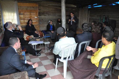 El rabino Steve Gutow, presidente del Consejo Judío para las Relaciones Públicas presenta el liderazgo de Raíces en Gush Etzion. Foto de Matthew Davies/ENS.