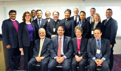 El embajador de EE.UU. ante el Estado de Israel, Daniel Shapiro (el segundo de izquierda a derecha sentado) se reúne con el grupo interreligioso en Tel Aviv. Foto de Matthew Davies/ENS