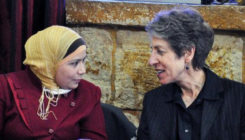 La obispa primada Katharine Jefferts Schori le ofrece palabras de aliento a Kholoud Al-Faqih, jueza del Tribunal de Sharía de Ramala y la primera mujer en llegar a ese puesto en los Territorios Palestinos. Foto de Matthew Davies/ENS