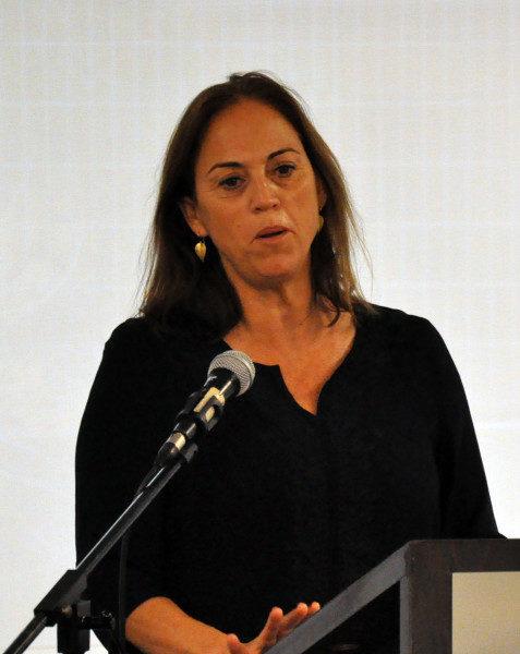Ruth Calderón, miembro del Knesset [el parlamento israelí], se dirige al grupo interreligioso en Tel Aviv. Foto de Matthew Davies/ENS.
