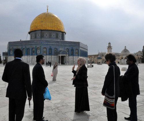 Miembros de la peregrinación interreligiosa visitan el Duomo de la Roca y la mezquita de Al-Aqsa. Foto de Matthew Davies/ENS