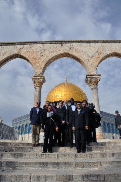 Miembros de la peregrinación interreligiosa visitan el Duomo de la Roca y la mezquita de Al-Aqsa, el tercer sitio más sagrado del islam. Foto de Matthew Davies/ENS.