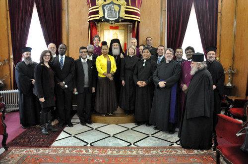 Su Beatitud Teófilo III, patriarca de Jerusalén y de Toda Palestina, pasa para una foto con la delegación interreligiosa y los líderes anglicanos en Tierra Santa. Foto de Matthew Davies/ENS.