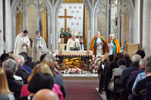 Peregrinos interreligiosos participan del oficio, en la mañana del domingo, en el oficio de la catedral anglicana de San Jorge en Jerusalén. Foto de Matthew Davies/ENS.