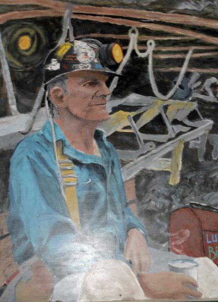 Retratos de mineros pintados por estudiantes cuelgan de las paredes del Centro Recreativo Juvenil Coal Country. Foto de Lynette Wilson/ENS.