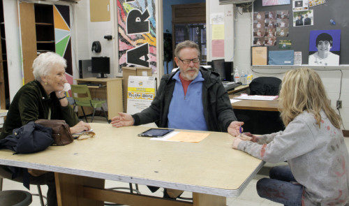 La diácona Ann Staples, el artista Michael Allison y la maestra Kady Manifest discuten un proyecto de arte de un estudiante durante una reunión en la escuela secundaria de Cambria Heights. Foto de Lynette Wilson/ENS.