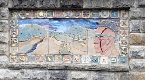 Un monumento en piedra y cerámica hecho por estudiantes que participan en el programa de educación experiencial de Coal Country y que marca la Senda de Kittanning, un antiguo camino que cruza por el norte del Condado de Cambria. Foto de: Lynette Wilson/ENS.