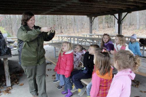 Preescolares de Coal Country toman parte en una excursión —dirigida por Beth Garner, especialista en educación del Departamento de Recursos Naturales de Pensilvania— al parque estatal Príncipe Gallitzin. Foto de Lynette Wilson/ENS.