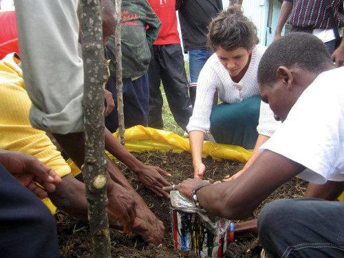 Natalie Finstad, misionera de la Iglesia Episcopal que presta servicios en Kenia, ayuda a sembrar plantones en un evento de liderazgo de jóvenes adultos con una de las organizaciones asociadas de Tatua Kenya, El hogar infantil Nyumba ya Tumaini en Nairobi. Foto de Tatua Kenya.