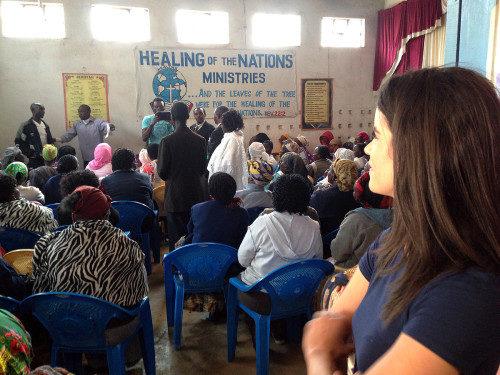 Natalie Finstad, misionera de la Iglesia Episcopal, asiste al almuerzo de una campaña para lograr que los niños regresen a la escuela en Kenia. Foto de Tatua Kenya.
