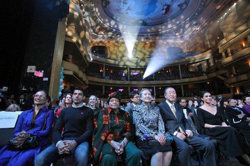 """El Secretario General Ban Ki-moon (centro derecha) asiste aun evento especial en Nueva York titulado """"Planeta 50-50 para 2030: acelerar la igualdad de género"""". Organizado por la Entidad de Naciones Unidas por la Igualdad de Género y la Potenciación de las Mujeres (UN Women), el evento marca el vigésimo aniversario de la Declaración de Beijing y de la Plataforma de Acción, que fue adoptada por la Cuarta Conferencia Mundial sobre la Mujer en septiembre de 1995. En la foto también aparecen, en primera fila, la esposa de Ban, Yoo Soon-taek (centro) y la presidente de la República de Liberia, Ellen Johnson Sirleaf (centro izquierda). Foto de la ONU."""