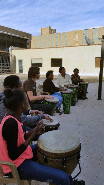 Los tambores ayudan a los sobrevivientes de traumas a recobrarse y a reconectarse. Foto de Refugee Focus.