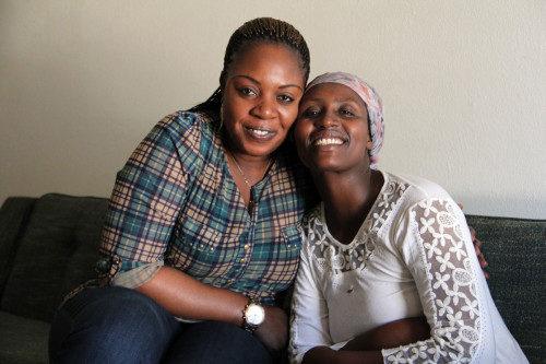 Las refugiadas congolesas, Jeanine Balezi, directora de casos de gestión intensiva para Refugee Focus, a la izquierda, y Namughisha Nashimwe, posan para una foto en el apartamento de Nashimwe en Tucson. Foto de Lynette Wilson/ENS