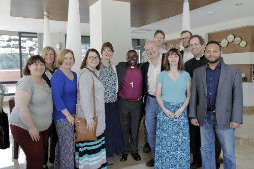 El 4 de marzo, el obispo anglicano Joel Waweru, de la Diócesis de Nairobi, da la bienvenida a Kenia a los peregrinos de #ShareTheJourney y les ofrece un breve resumen de la Iglesia Anglicana en ese país. Foto de Lynette Wilson/ENS.