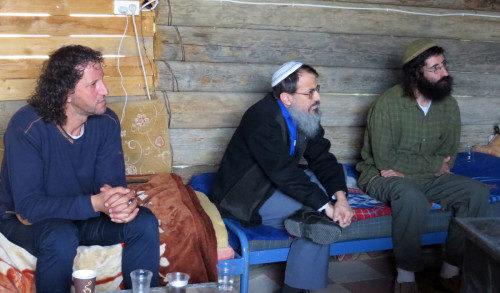 De izquierda a derecha, los coordinadores del proyecto Roots, Ali Abu Awwad, el rabino Hanan Schlesinger y Shaul Judelman escuchan para responder a los miembros de la peregrinación interreligiosa de EE.UU. que visitaron Gush Etzion en enero. Foto de Matthew Davies/ENS.