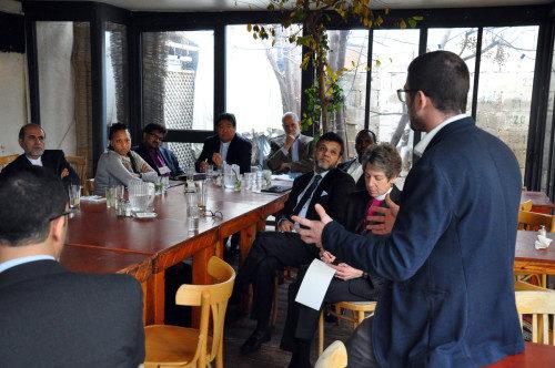Lior Frankiensztajn, del Programa de Negociación Shades, le habla a miembros de la peregrinación interreligiosa de EE.UU. que visitaron Tierra Santa en enero. Foto de Matthew Davies/ENS