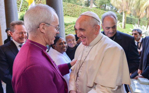 El papa Francisco y el arzobispo de Cantórbery Justin Welby hallaron un terreno común en el problema de la trata de personas desde la primera vez que se encontraron, dijo el arzobispo David Moxon. Foto de la Red Mundial para la Libertad.