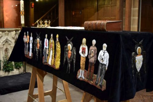 A pall designed by artist Jacquie Binns covers the casket during the public viewings. Photo: King Richard in Leicester website (http://kingrichardinleicester.com/)
