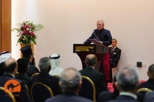 El Rdo. Bill Schwartz, sacerdote anglicano y misionero de la Iglesia Episcopal en Qatar, habla en la ceremonia de apertura del Centro Anglicano de Qatar. Foto de Ginger Camel.
