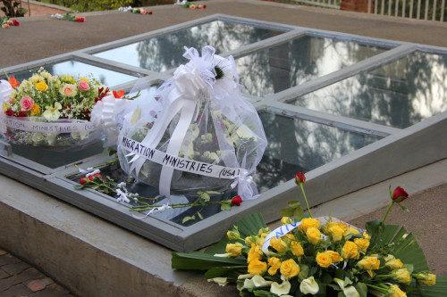 Los peregrinos de #ShareTheJourney depositaron una ofrenda floral durante su visita al Monumento en Memoria del Genocidio en Kigali, Ruanda. Se calcula que de 800.000 a 1 millón de personas perecieron durante el genocidio ruandés. Foto de Wendy Johnson/EMM.
