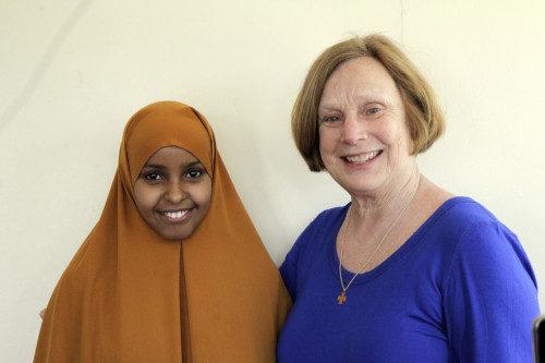 Una refugiada somalí que trabaja como asistente de salud de la comunidad posa con Cookie Cantwell, durante una visite a Refugee Point, una organización que se dedica a capacitar a algunas de las refugiadas más vulnerables en Nairobi y otras localidades del mundo entero. Foto de Lynette Wilson/ENS.