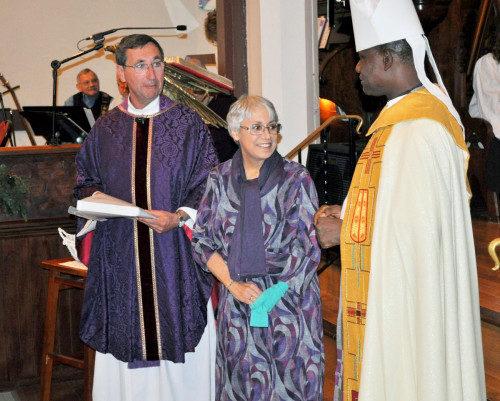 El arzobispo Josiah Idowu-Fearon presenta el Premio de Reconocimiento de la Diócesis de Kaduna a una feligresa de La Trinidad por su papel en la recaudación de fondos para la clínica de la Diócesis de Kaduna. Foto cortesía de la iglesia de La Trinidad.