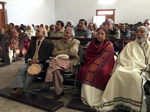 Miembros de la congregación de la iglesia anglicana de Todos los Santos en Peshawar.