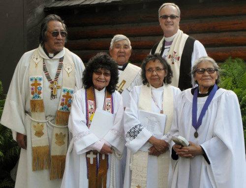 Clérigos gwich'in y el obispo de Alaska, Mark Lattime, posan para una foto en la iglesia episcopal de San Mateo en Fairbanks en junio de 2014, luego de una histórica eucaristía en lengua takudh. Foto cortesía de Scott Fisher.