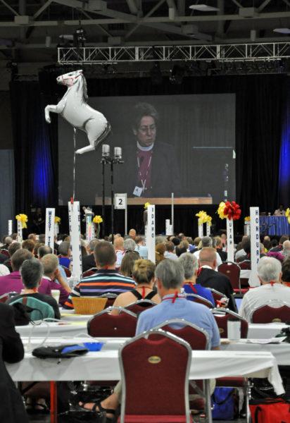 """La trayectoria que la Iglesia tiene por delante """"exige valor: aventurarse en el futuro desconocido, amistarse con extraños, enfrentarse a todo lo que niegue la vida y la vitalidad, y seguir aprendiendo maneras interdependientes de vivir"""", dijo la obispa primada Katharine Jefferts Schori a una sesión conjunta de la Cámara de Diputados y de la Cámara de Obispos el 24 de junio, el día antes del inicio oficial de la Convención General. El globo en forma de caballo flota sobre la mesa de la diputación de la Diócesis de Lexington. Foto de Mary Frances Schjonberg/ENS."""