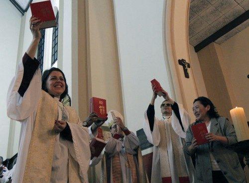 La Muy Rda. Mannez Rosa dos Santos, deana de la catedral de la Santísima Trinidad en Porto Alegre, Brasil, y otras personas que trabajaron en el Libro de Oración Común de 1,181 páginas, adaptado para el contexto brasileño, celebran su presentación durante la eucaristía del 125º. aniversario. Foto de of Lynette Wilson/ENS.