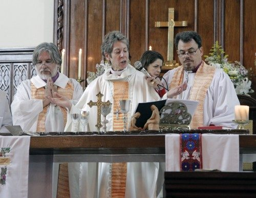 La obispa primada Katharine Jefferts Schori, el arzobispo Francisco de Assis da Silva, a la derecha, y el obispo Humberto Maiztegue, de la Diócesis Meridional, concelebran durante la eucaristía del 7 de junio en conmemoración del 125º. aniversario de la Iglesia Episcopal Anglicana del Brasil. La Iglesia también celebró 50 años de autonomía y 30 años de la ordenación de mujeres. Foto de Lynette Wilson/ENS.