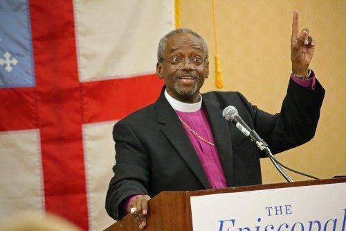 Michael Curry, el obispo primado electo hace una aclaración en su primera conferencia de prensa pocas horas después de su histórica elección como el 27º. Obispo primado de la Iglesia Episcopal. Foto de Janet Kawamoto para ENS.
